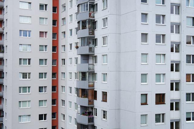 panelový dům ve městě