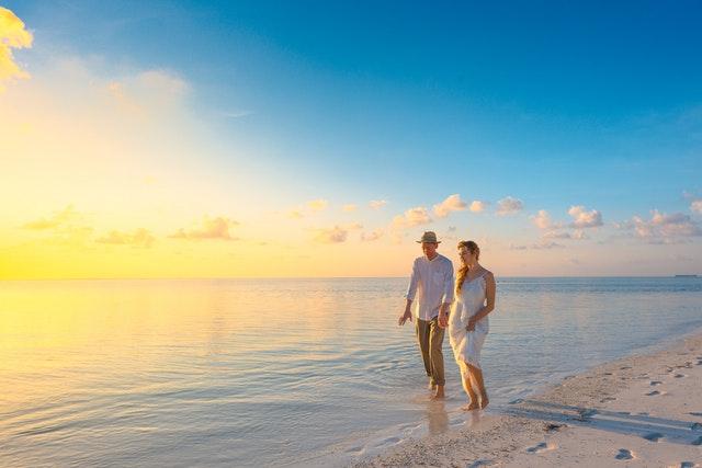 Mu a žena sa prechádzajú po pláži.jpg