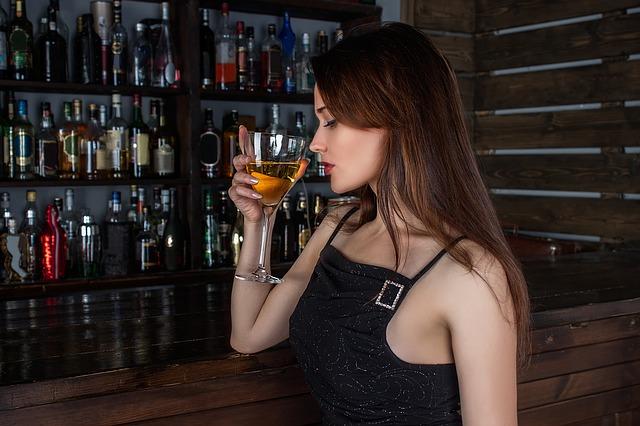 Žena s pohárom vína.jpg
