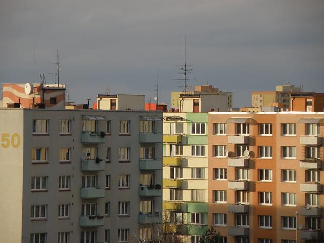 Panelové domy s anténami na streche
