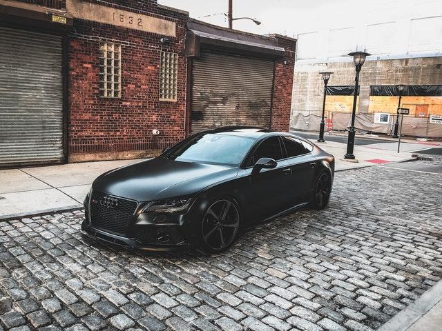 nové čierne auto